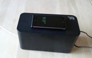Her ligger Lumia 925 med trådløst ladecover og lader på boksen